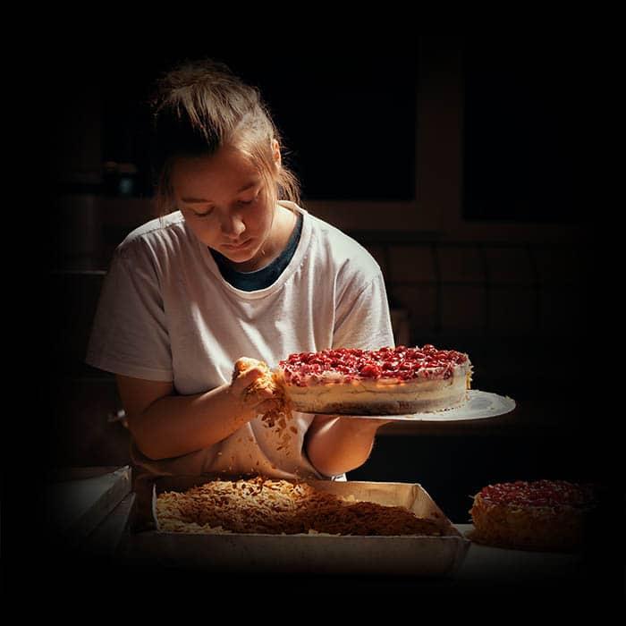 Anna beim Torte backen